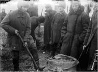 Активісти вилучають прихований хліб. Село Удачне Гришинського району на Донеччині. <br /> Фото М. М. Желєзняка<br />