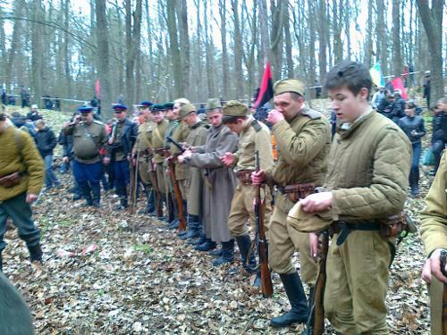 Як і 68 років тому вони були майже одного віку: солдати НКВС і Червоної армії...