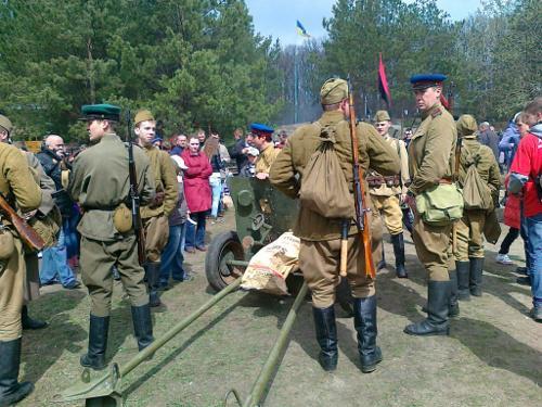 Солдати НКВС спокійно гуляли в натовпі на Гурбах і навіть притягнули з собобю грамату