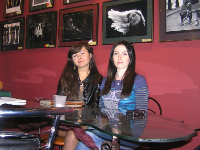 Адміністратор кав'ярні Ольга запевнила, що всі продукти у них - свіжі, а арт-менеджер Анастасія запросила приходити на мистецькі заходи, які організовує кав'ярня