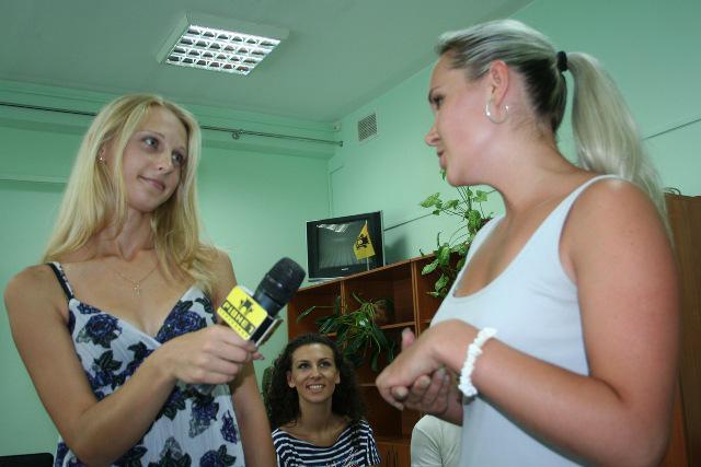 Випускниці Школи універсального журналіста Людмила Мізюк та Ірина Бакунець практикуються у техніці інтерв'ю