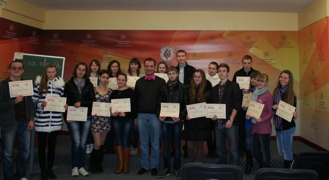Випускники Школи універсального журналіста в Острозькій академії щойно отримали дипломи