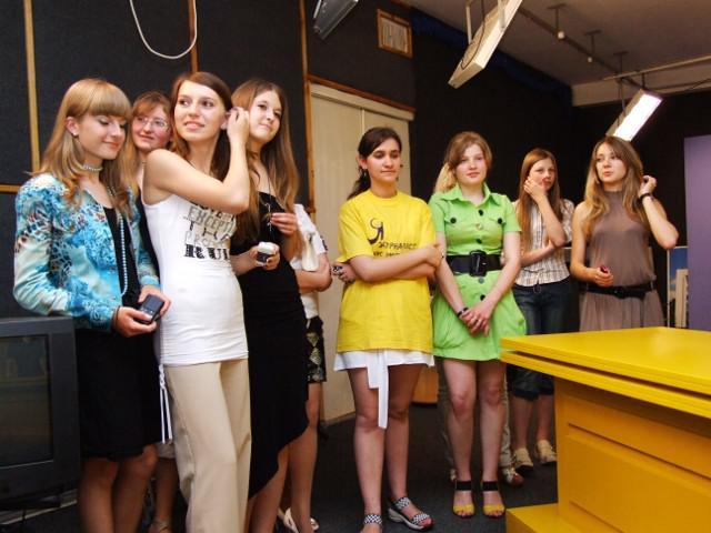 """Переможці конкурсу """"Я - журналіст!"""" 2009 року на екскурсії у студії телеканалу """"Рівне 1"""""""