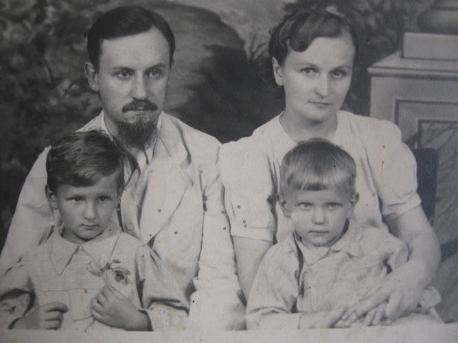Сім'я Квашенків: Борис Костянтинович, Софія Іванівна, доньки Ірина та Єлизавета, 1940-ві роки