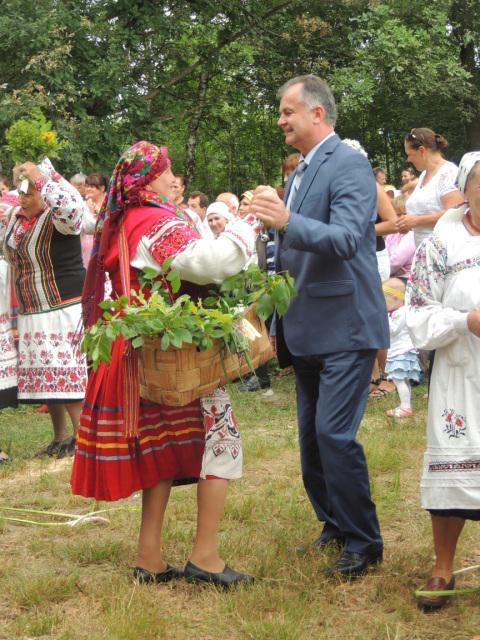"""На фестивалі """"Бурштиновий шлях"""" танцювали, продавали чорниці та мацик"""