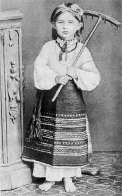 Леся Українка у волинському народному вбранні, 1878-1879 рр.