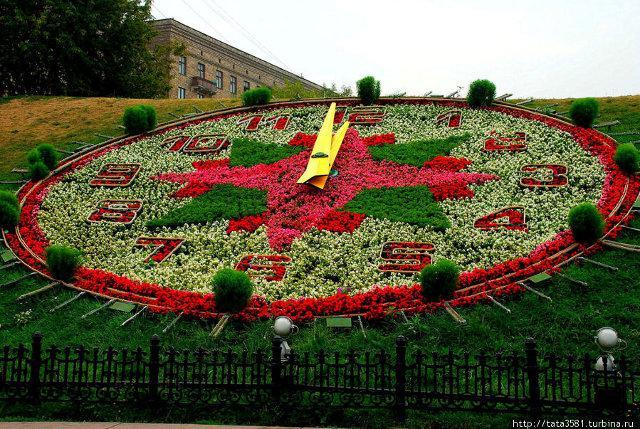 У центрі Києва у 2008 році біля Майдану Незалежності зробили найбільший у  світі квітковий годинник. Годинниковий механізм на тлі квіткового панно ... 6fc502e3bf8d7