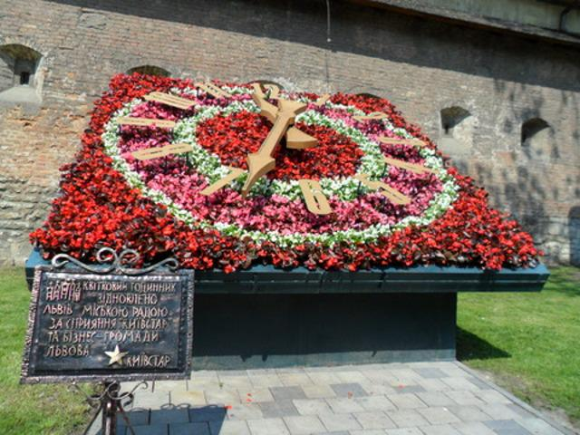 А от у Кривому Розі на Дніпропетровщині у 2011 році на честь святкування  20-річчя Незалежності України відкрили ще більший годинник 8bf024f23371f