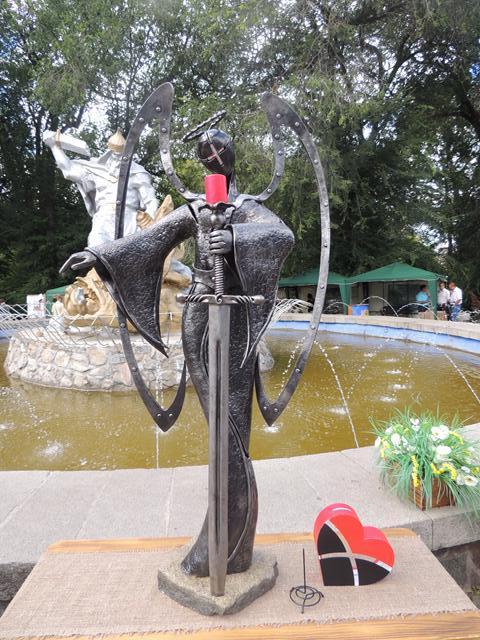 """Скульптура-переможець цьогорічного конкурсу ангелів під час фестивалю """"Металеве серце"""""""