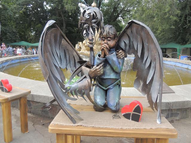 """Скульптура-володар призу глядацьких симпатій конкурсу ангелів під час фестивалю """"Металеве серце"""""""