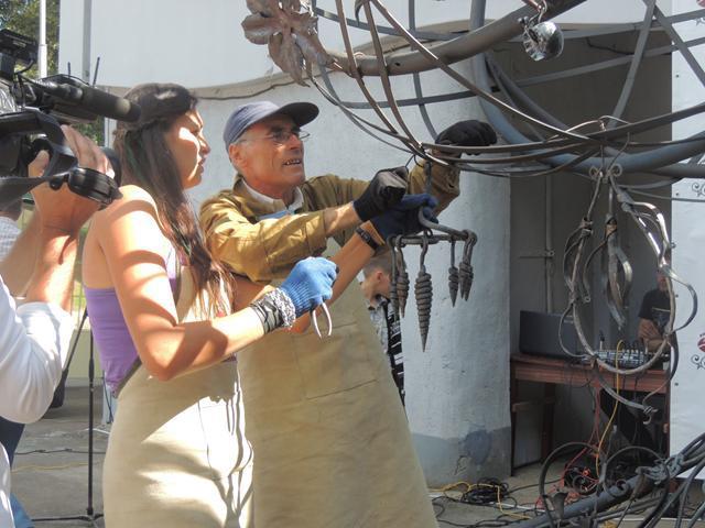 Квасилівські майстри Еммануїл Бурик та його дочка Мар'яна Хитик приготували для Даринки квіти та шишки