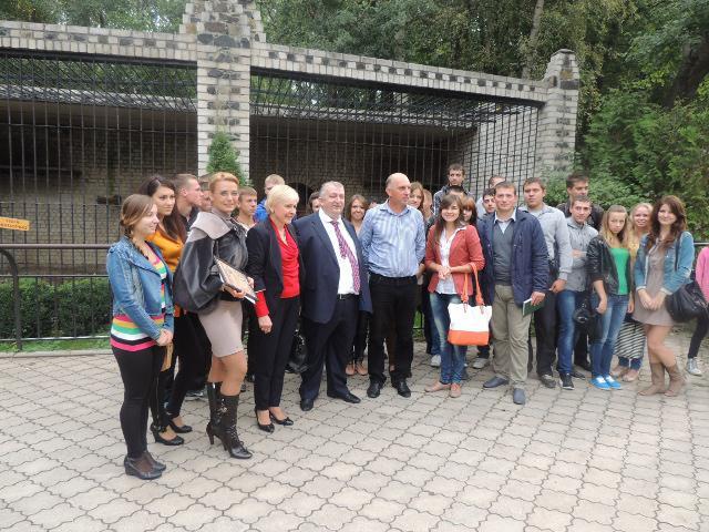 Керівники та студенти НУВГП сфотографувались на згадку біля вольєра з новим підопічним