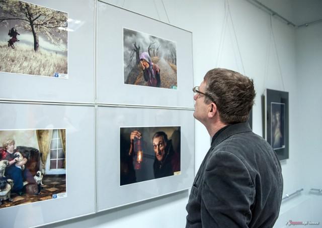 """У Хмельницькому презентували роботи учасників """"Фотовернісажу на Покрову"""""""