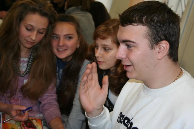 Віктор Білоусов із Горлівки (Донецька область) і старшокласниці з Рівненщини разом працюють у групі над одним із практичних завдань. Школа універсального журналіста, Острозька академія, листопад 2011 року