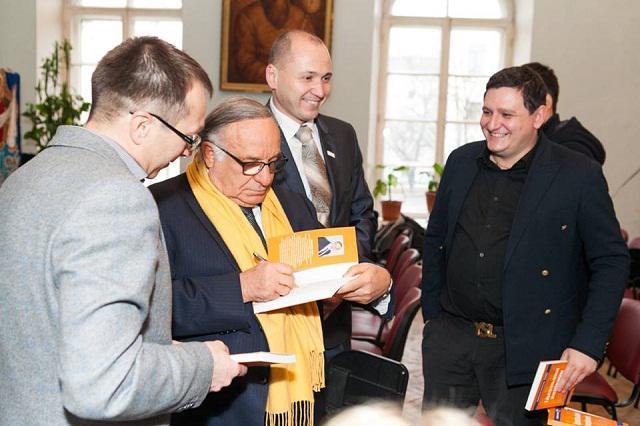 """Керівник відділу продажів компанії """"Ескада-М"""" Генадій Шелудько отримує автограф від гуру менеджменту Іцхака Адізеса"""