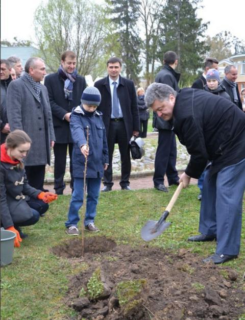 Олексій Хахльов і Віталій Чугунніков (відповідно, другий і перший ліворуч) - серед тих, хто спостерігав, як майбутній Президент Петро Порошенко садив дерево в Острозькій академії у квітні 2014 року