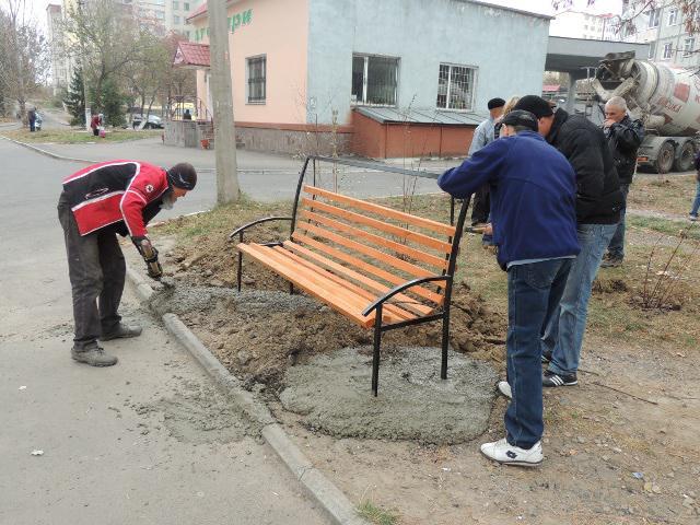 Встановлення лавочок на подвір'ї будинків по Київській, 42, 44, 46