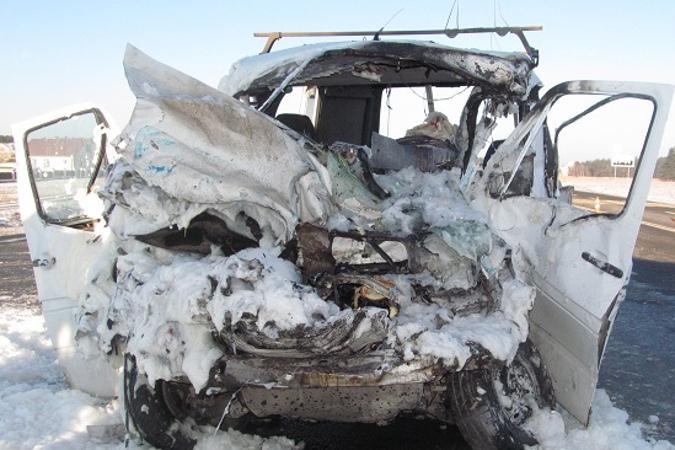 Мертвих і понівечених людей рятувальникам довелося вирізати з мікроавтобуса. Фото СК