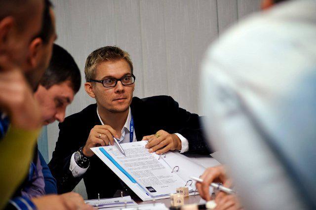 Павло Алексєвич виконує практичне завдання з учасниками модулю